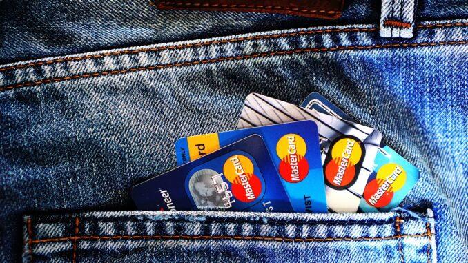 usare la carta di debito/ credito altrui